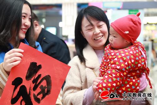 团省委副书记为山东职业学院志愿者连续六年服务铁路春运点赞